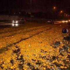 «Цитрусове» ДТП у Дніпрі: дорогу засипало мандаринами (фото)