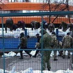 Під офісом телеканалу NewsOnе розбирають блокаду