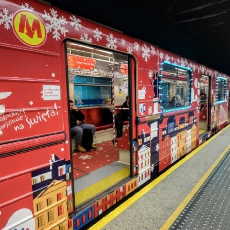 У метро Варшави запустили різдвяний потяг (фото)