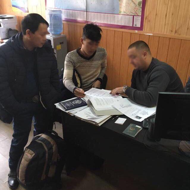 16 в'єтнамців-нелегалів привезли в Україну і сказали, що вони у Франції