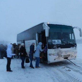 Група жінок 10 годин штовхала автобус, який заглох: ніхто не зупинився