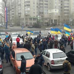 Активісти поїхали до Луценка із картатою ковдрою (фото)