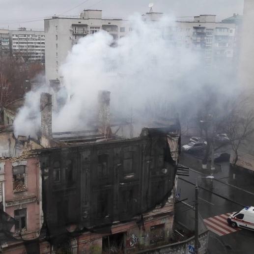 У Києві горить будинок-пам'ятка (фото)