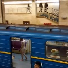 У київському метро голий чоловік намагався викрасти поїзд (відео)