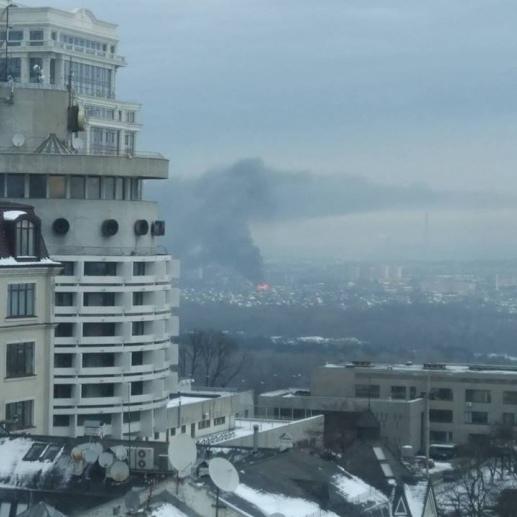 У Києві велика пожежа на лівому березі: виїхали 14 пожежних автомобілів