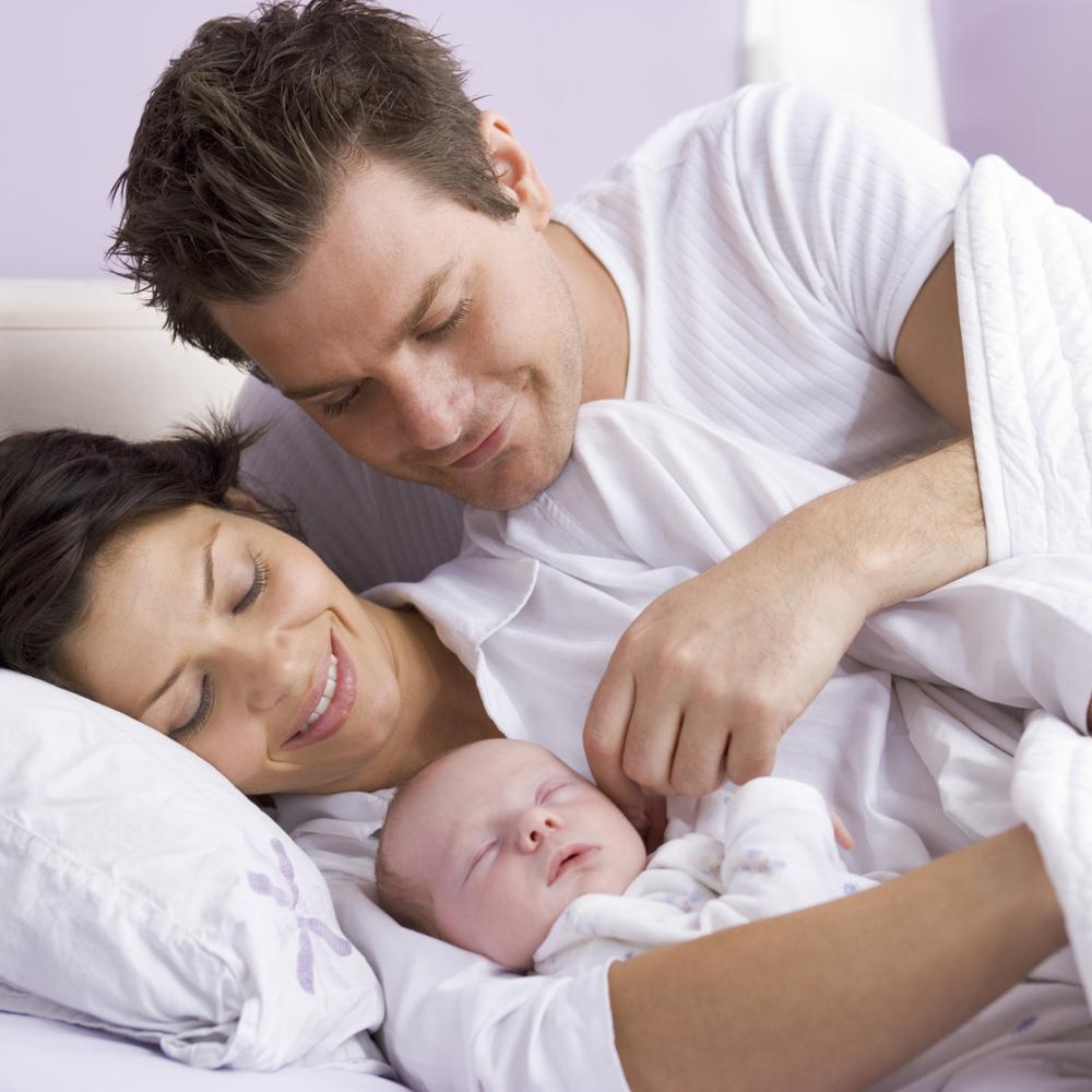 Педіатри розповіли, чому діти мають спати разом з мамою