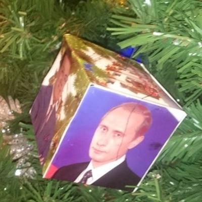 У Росії прикрасили новорічну ялинку портретами Путіна (фото)