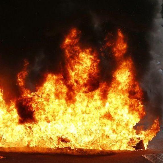 В Одесі біля міськради невідомі підпалили автомобіль чиновника