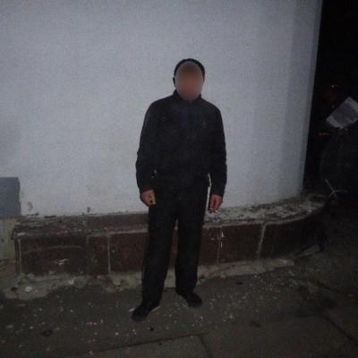 У Києві охоронці готелю затримали чоловіка, який втікав із чужим телефоном