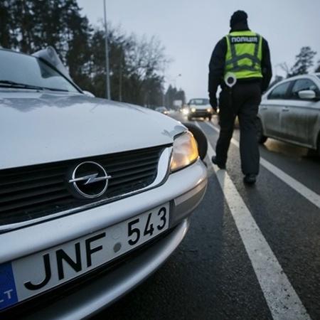 Українці активно шукають литовські автомобілі
