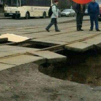 У Києві утворився провал під трамвайними рейками (фото)