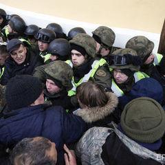 У поліції Києва заявили, що внаслідок сутичок біля Жовтневого палацу постраждало 32 правоохоронці