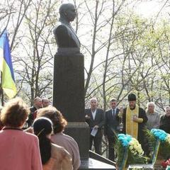 У Чернігові викрали пам'ятник Коцюбинському - забрали просто з могили