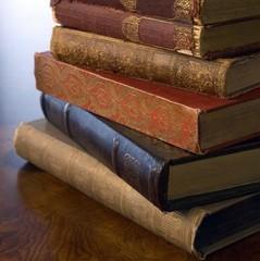 На українсько-польському кордоні перехопили чоловіка із великою кількістю старовинної літератури