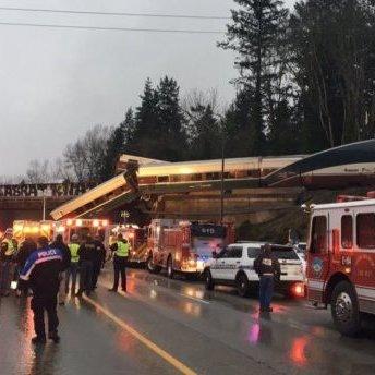 В США поїзд зійшов із рейок на мосту (фото)