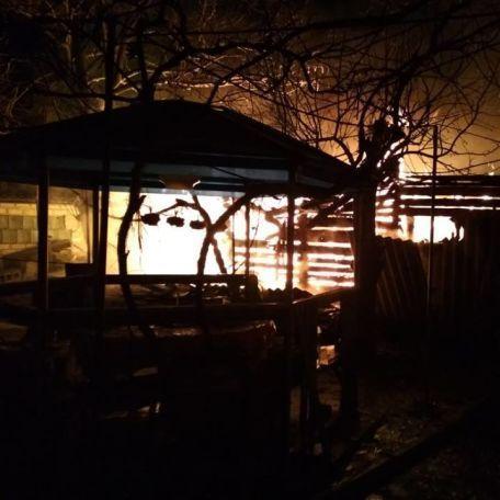 Новолуганське обстріляли із «Градів»: показано наслідки (фото)