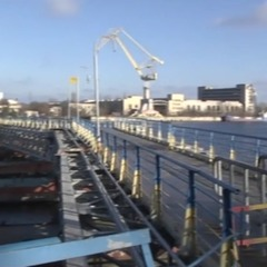 У Миколаєві від берега відірвався пішохідний міст (відео)