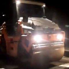 На Закарпатті укладали асфальт під час снігопаду (відео)