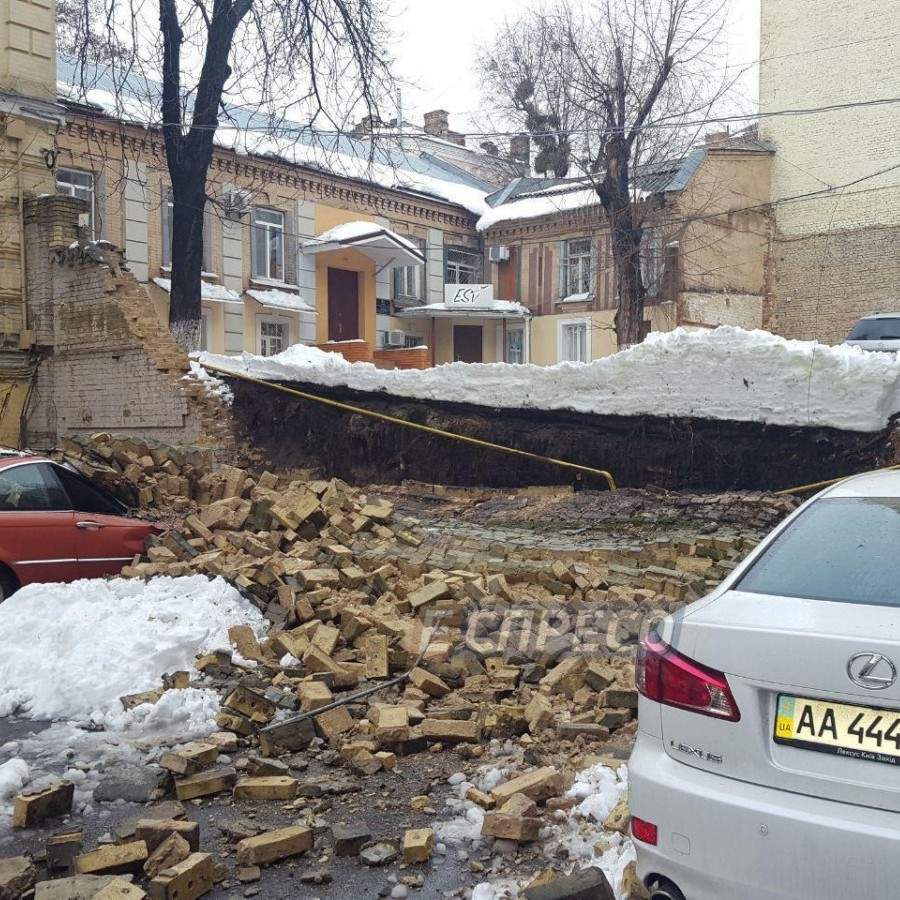 У Центрі Києва обвалилася стіна між двома будинками: пошкоджено газопровід та два автомобілі (фото)