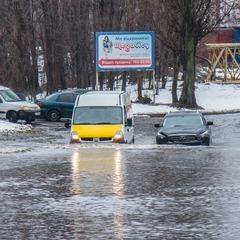 У Києві внаслідок зливи затопило вулицю, рух транспорту паралізовано (фото, відео)