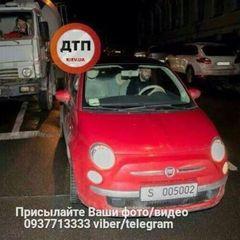 У Києві бетономішалка зіткнулась із автомобілем французького посольства (фото)