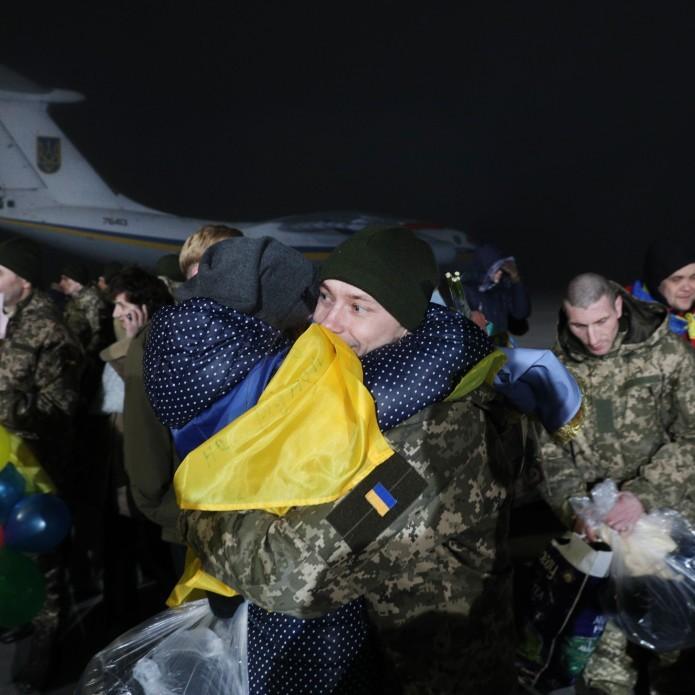 Журналіст розповів про жінку, яка не дочекалася в Борисполі чоловіка-військового з полону