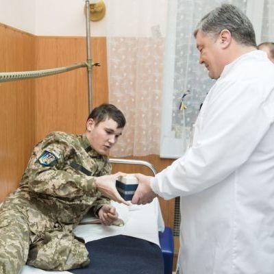 Порошенко з дружиною відвідав поранених військових та звільнених заручників, які перебувають у госпіталі (фото)
