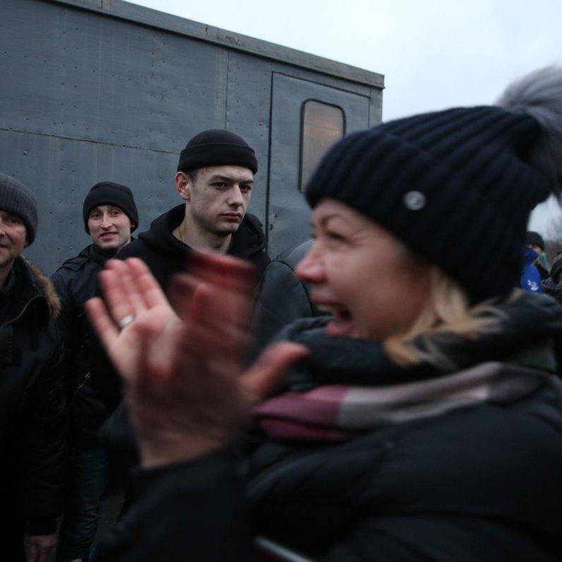 Обмін полоненими: з'явилося відео зворушливої зустрічі звільнених українців у Луцьку (відео)