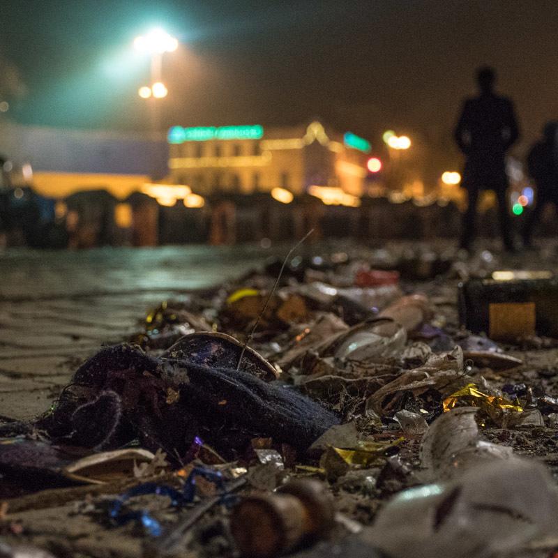 Після новорічних гулянь Софійська площа перетворилася на звалище сміття (фото)