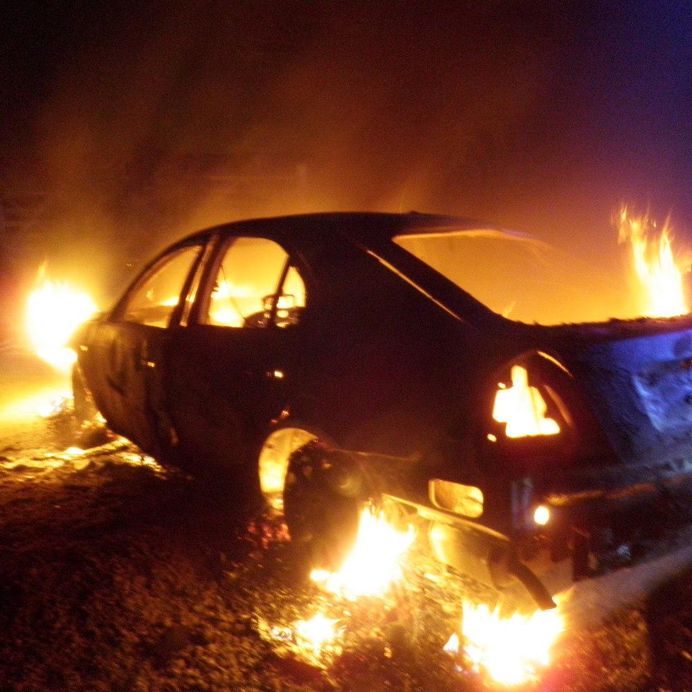 На Новий рік у Франції спалили більше тисячі машин