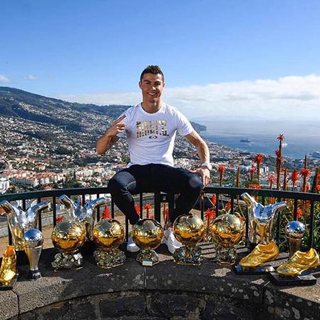 Роналду опублікував фото із всіма своїми нагородами