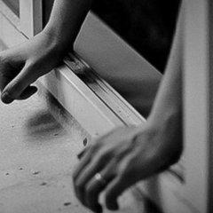 На Київщині жінка викинулася з вікна багатоповерхівки через тортури молодого хлопця