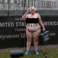 Гола Femen біля посольства США шукала кнопку Трампа (фото)