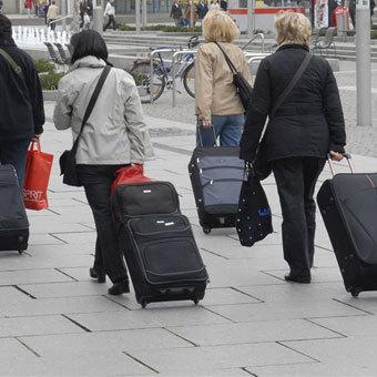 У Мінсоцполітики повідомили, скільки переселенців із Криму і Донбасу перебувають на обліку