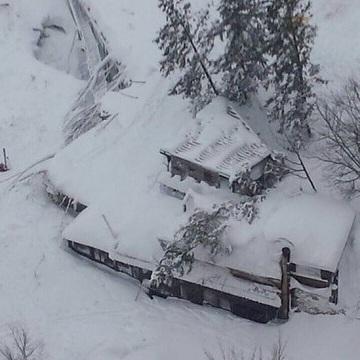 На півночі Італії на гірське містечко зійшла снігова лавина