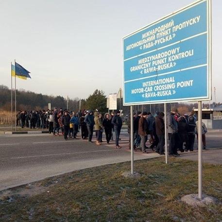 На Львівщині перекрили дороги до кордону з Польщею