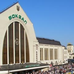 У Києві на вокзалі роздягнули та побили нетверезого подорожанина