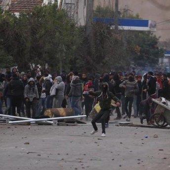 В Тунісі проти протестантів вивели армію (відео)