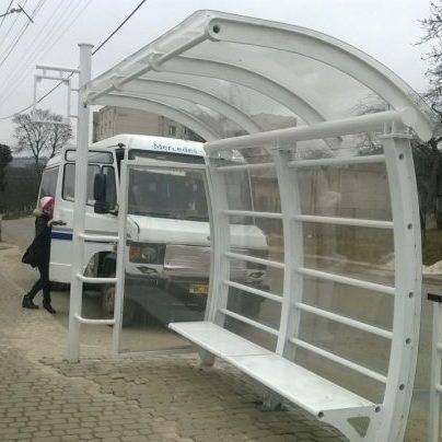 На Тернопільщині зупинку встановили «спиною» до дороги: переймають канадський досвід