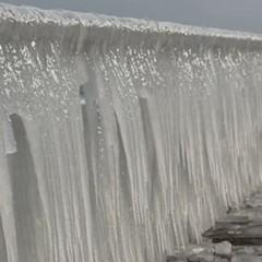 Узбережжя Одеси покрилося бурульками-гігантами (фото)