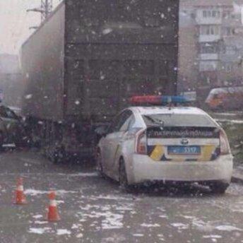 Поліцейський Prius врізався у вантажівку у Миколаєві: фото