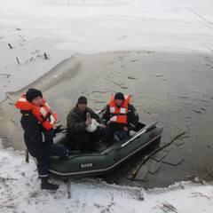 На Хмельниччині рятувальники визволили лебедя із крижаної пастки (фото)