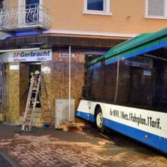 У Німеччині шкільний автобус врізався в стіну будинку, понад 20 дітей поранено
