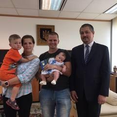 У Посольстві України в Таїланді привітали першу новонароджену дитину-учасницю акції  «Народжені у вишиванці»