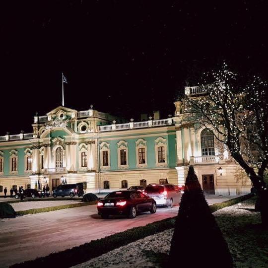 Порошенко з розкішною дружиною відкрив Маріїнський палац у Києві: яскраві фото