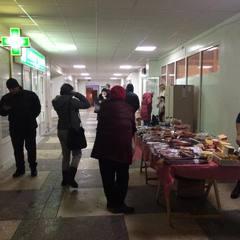 В одній із київських поліклінік розгорнули торгівлю ковбасою (фото)