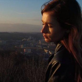 Українська гастролерка у Росії зняла кліп на кладовищі у Львові