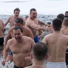 Кличко з главами районів і своїми заступниками пірнув у Хрещенську воду в парку «Наталка»