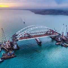 На Керченському мості встановили освітлення та бар
