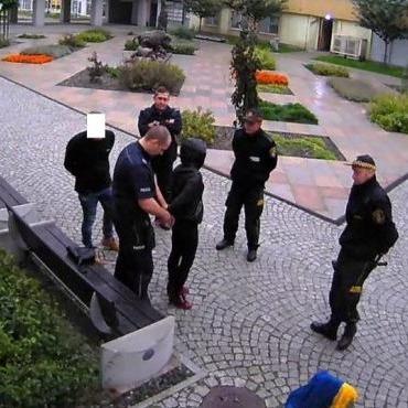 У Польщі покарали людей, які познущались над українським прапором